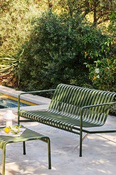 Mittlerweile schon fast ein Klassiker, die ikonische Palissade Serie von Ronan and Erwan Bouroullec für HAY. Wir lieben den gekonnten Balanceakt zwischen sommerlicher Leichtigkeit und geometrischer Strenge sehr. Entdeckt über den Link die Palissade-Serie und noch mehr der Designer-Brüder... Ikea Outdoor, Metal Outdoor Bench, Outdoor Cafe, Outdoor Lounge, Outdoor Seating, Outdoor Spaces, Outdoor Living, Outdoor Decor, Outdoor Patios