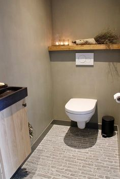 Nieuwe huis Waaltjes toilet kalkverf muren How to Choose a Color When Painting Your Rooms Are you st Small Toilet Design, Small Toilet Room, Guest Toilet, Downstairs Toilet, Bad Inspiration, Bathroom Inspiration, Small Space Interior Design, Brick Flooring, Bathroom Toilets