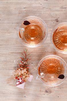 Shooting d'inspiration : Evasion automnale en rose poudré - Fleuriste spécialisée en mariages et wedding design en Alsace Alsace, Alcoholic Drinks, Wine, Glass, Ethnic Recipes, Design, Pink Garden, Dusty Rose, Drinkware
