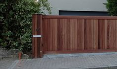 Moderne houten poorten met parlefonie