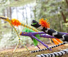 The designs of these wild creatures were partly inspired by animalitos, brightly-painted sculptures made in Oaxaca, Mexico. Find a fallen branch or stick with distinctive… Art For Kids, Crafts For Kids, Arts And Crafts, Fall Crafts, Weaving Projects, Art Projects, Tree Tapestry, Bright Paintings, In Natura