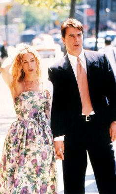 Carrie Bradshaw Wearing A Floral Dress As She Strolls Around Town With Big, Season 1