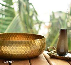 Os tons terrosos relembram elementos da natureza e, quando combinados com o dourado, dão mais charme pra sua decoração. ;)