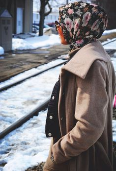 A patterned hijab is a great way to break up an otherwise monochromatic look  #hijab #style #tips