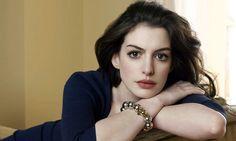 Los 6 beneficios que Anne Hathaway ama del agua mineral