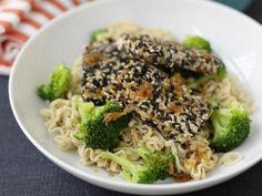 Den lena tofun blir krispig när den steks med sesamfrön.