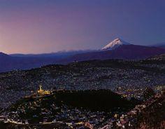 Mi Quito....el Panecillo abajo y el Cotopaxi de fondo!