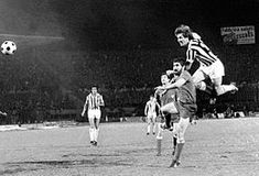 Roberto Bettega in elevazione contro la difesa dell'Athletic Bilbao, nel corso della finale d'andata della Coppa UEFA 1976-1977.