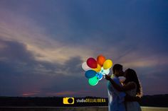 Fotos pre-casamento com balões, em um final de tarde em São Pedro