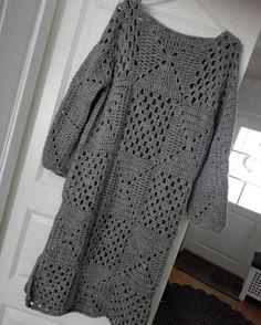 Tällainenkin valmistui.. Hiukan pitempi malli, ainakin kostutuksen jälkeen.. #virkkaus #virkattu #tunika #virkattutunika #harmaa #isoäidinneliö #seitsemänveljestä #7veljestälanka #itsetehty #itselletehty #käsityöt #käsintehty #kädentaitoja #instavirkkaus #crochet #crocheting #crochetsofinstagram #instacrochet #crochetlover #handmade #handcraft #selfmade #sweater #tunic #omakoppa @omakoppa