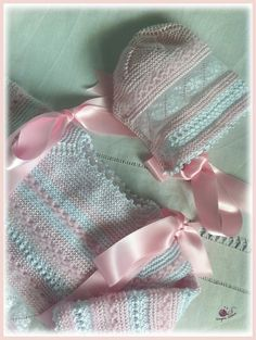 Vuelve el modelo 31 renovado, en un fino perlé ¡rosa! ¿qué tendrá el rosa que tanto nos gusta? Conjunto de primera puesta realizado en per...