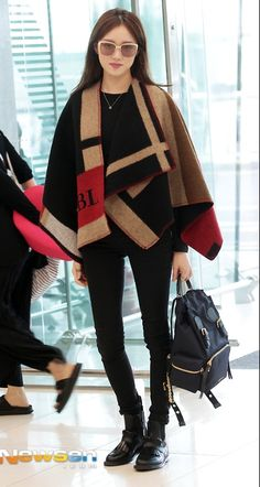 Korean Airport Fashion: Lee Sung-Kyung at the airport styling this burberry poncho outfit. Kpop Fashion Outfits, Korean Outfits, Fashion Pants, Japanese Fashion, Korean Fashion, Athleisure, Burberry Poncho, Street Style Magazine, Poncho Outfit
