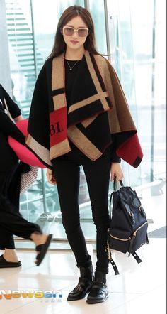 Airport -- Lee Sung-Kyung -- Burberry Poncho -- Poncho -- Black on Black -- Black pants