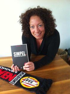 Tamara Huffmeijer @huffmeijer    Yeah mijn gesigneerde boek van @jwalphenaar is binnen #simpel met een geintje van @donnerspeer speciaal voor jou JW ;)