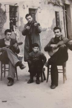 Giovani che suonano davanti casa. Il bambino è Renzo Cinelli, i due uomini seduti sono Aldo Cardelli e Ezio Biondi, mentre l'uomo in piedi è Mauro Cardelli. La foto è stata scattata nel 1943.