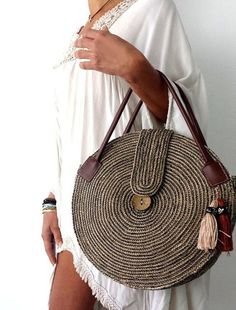 Round juta cord bag crochet tasseled handbag summer tote circular purse circle bags custom made Round Juta Cord Crochet Bags have rapidly become the hottest summer trend. They are the perfect choice to use during a beach day or any evening summer outing. Crochet Handbags, Crochet Purses, Crochet Bags, Free Crochet, Wooden Bag, Diy Sac, Crochet Shell Stitch, Craft Bags, Basket Bag