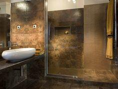 Az ázsiai fürdők hangulatát idézi ez a különleges kiegészítőkkel dekorált fürdőszoba. A tűz és a víz energiája teremt harmonikus teret az ellazuláshoz.