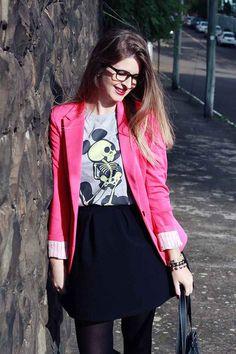Camiseta com Mickey estilizado + blazer colorido + saia rodada + meia-calça.