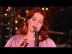 I love her voice, it's haunting! MTV Unplugged - Florence + The Machine - Dog Days Are Over