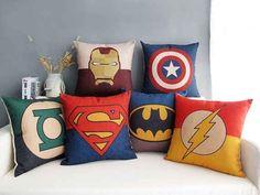 Estas almohadas son el toque final perfecto para una cama de súper héroe.