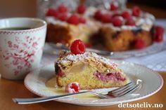 Nyt denne deilige søndagen med en nystekt, sommerligEplekake med bringebær!  Jeg hartatt utgangspunkt imin favorittoppskrift på Eplekake, og lagt bringebær på kaken i tillegg til eplene. Toppen av kaken er dekket med et lite lag smuldredeig og mandelflak, som gjør kaken ekstra god. Server kaken med friske bringebær og et melisdryss, og gjerne hjemmelaget vaniljesaus ved siden av. Sommeren deiligste kake!