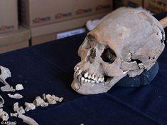 Les archéologues ont découvert le squelette d'une femme de la classe supérieure dont le crâne a été intentionnellement déformé avec ses dents incrustées de pierres minérales.  Le corps a été découvert près des ruines antiques mexicaines de Teotihuacan