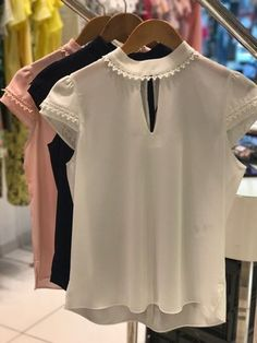 BLUSA DALILA CORES OFF, MARINHO E ROSE Trendy Tops, Casual Tops, Blouse Styles, Blouse Designs, African Fashion Dresses, Fashion Outfits, Top Chic, Sleeves Designs For Dresses, Scarf Dress