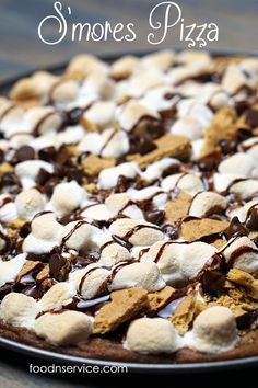 This S'mores pizza recipe is the best thing that you can make for dessert! Now you don't have to worry about eating S'mores just during the Summer. Now it's an anytime dessert treat! Quick Dessert Recipes, Cupcake Recipes, Easy Desserts, Delicious Desserts, Layered Desserts, Apple Desserts, Drink Recipes, Yummy Snacks, Yummy Treats