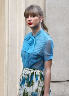 Taylor Swift in pussy-bow blouse and flower print skirt Estilo Taylor Swift, Taylor Swift Rojo, Taylor Swift Style, Taylor Alison Swift, Red Taylor, Taylor Swift Pictures, Bow Blouse, Celebs, My Style