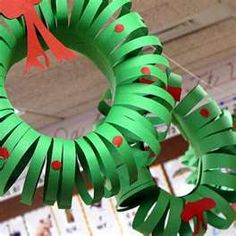 Construction Paper Wreath, easy for the kids to make! Great way to get the kids involved in decorating!