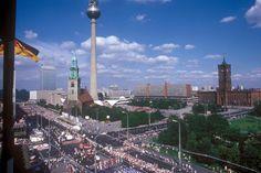 1985, Berlin-Mitte. Parade in der Hauptstadt der DDR. Rechts das Rote Rathaus.