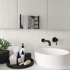 Bathroom Decor modern Bathroom Style / Tray on Counter / Modern Decor Interior Design Minimalist, Modern Interior Design, Interior Styling, Modern Decor, Monochrome Interior, Quirky Decor, Rustic Modern, Bad Inspiration, Bathroom Inspiration