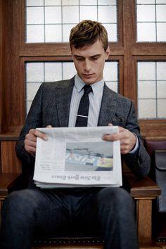 Blazer en Prince de Galles gris foncé, chemise rayée grise et blanche, cravate en laine et pince à cravate #mode #look #chic #costume #blazer #princedegalles #chemise #rayee #cravate #laine #pince #fashion #mensfashion #fashionformen #suit #shirt #tie