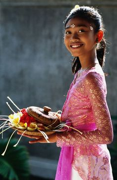 A beautiful Bali smile! She's off to the temple with her offerings. Beautiful Children, Beautiful People, Rite De Passage, Penang, Bali Yoga, Just Smile, Balinese, Happy People, World Cultures