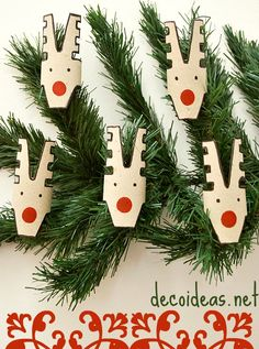 Cute toilet paper rolls reindeer. You can use them to decorate a shelf or the Christmas tree.