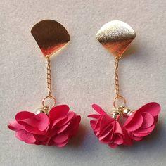 #aretes #borla #flor #cadena #aluminio #dorado #topo #abanico #moda #accesorios #belleza #queregalar #hechoamano #joyas #bisuteria. Envíos… Hand Jewelry, Fabric Jewelry, Diy Jewelry, Jewelry Bracelets, Jewelery, Jewelry Accessories, Handmade Jewelry, Jewelry Making, Cute Earrings