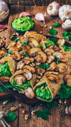 This crispy Avocado Toast with creamy guacamole and pan-fried garlic mushrooms is the perfect snack, breakfast, lunch or dinner. This recipe is very easy and quick to make, delicious and healthy! Vegan Vegetarian, Vegetarian Recipes, Healthy Recipes, Crepes Rellenos, Vegan Dinners, Veggie Recipes, Food Inspiration, Stuffed Mushrooms, Fried Mushrooms