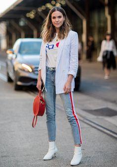 Casual: Jeans, T-Shirt und Streifenblazer - mit diesem Look geht es für einen Shoppingtag in die City.
