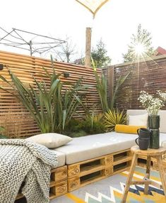 Maak van pallets een duurzame bank voor in de tuin Outdoor Decor, Apartment Garden, Garden Design, Balcony Decor, Small Backyard, Patio Design, Pallets Garden, Diy Garden Decor, Backyard Inspo