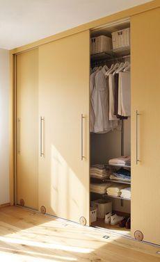 Einen Schiebetürenschrank kann man auch selbst bauen. Wenn man die Türen aus Holz fertig gebaut hat, ist die Installation ein Klacks.
