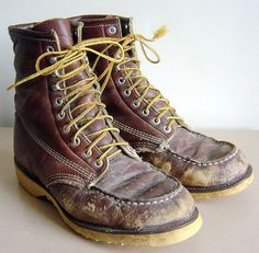 Heres a pair of vintage work boots mens size 7.5D. The boots have no makers mark, but the inside says made in the U.S.A., Glove Leather lining. The