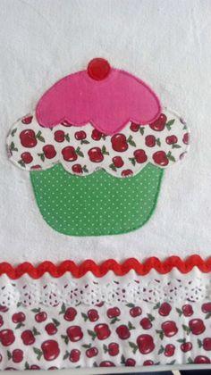 Pano de prato em tecido 100% algodão. Medida do pano: 70X50 cm. Aplicação e barrado em tecido tricoline, não desbota. Confeccionamos em qualquer cor. Enviamos dentro de um saquinho plástico amarrado com uma fita. Visite nossa loja para conhecer outras cores e modelos. Embroidery Patterns, Hand Embroidery, Sewing Crafts, Sewing Projects, Chicken Quilt, Baby Sheets, Baby Girl Patterns, Towel Crafts, Diy Pillows