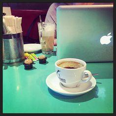 Een uurtje verder in de #earlysaturdaycoffe komt somd zelfs een laptop op tafel... ;-) #myview @josterre