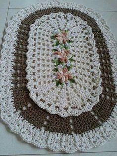 Borboleta Crochet Doily Rug, Crochet Dollies, Crochet Fall, Crochet Flower Patterns, Freeform Crochet, Crochet Flowers, Crochet Table Runner, Geometric Rug, Floral Rug