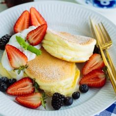 These Fluffy Japanese Souffle Pancakes are like eating cottony clouds, but even better with homemade whipped cream and fresh berries! Souffle Pancakes, Mini Pancakes, Japanese Food, Japanese Recipes, Japanese Salad, Comida Keto, Homemade Whipped Cream, Cake Flour, Savoury Cake