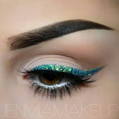 via Wearing sparkly liquid eyeliner adds some whimsical pizzazz to any makeup look. However, it can be difficult to apply liquid glitter eyeliner even. Blue Glitter Makeup, Glitter Eyeliner, Green Glitter, Glitter Gel, Blue Eyeliner, Glitter Boots, Gel Eyeliner, Makeup Goals, Makeup Eyes