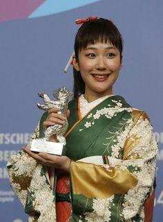 ベルリン映画祭、黒木華に最優秀女優賞 アジア勢が主要3部門制す 国際ニュース:AFPBB News
