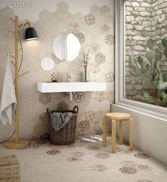 Touche déco dans une salle de bain moderne à l'aide de carrelage dépareillé