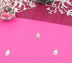 Des confettis de table, en forme de Main de Fatma, prennent place sur la nappe. Joli rappel de la thématique de cette décoration de table : L'Orient et Les 1001 Nuits !
