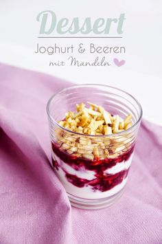 Dessert Rezept: Joghurt mit Beeren und karamelisierten Mandeln www.spoonandkey.blogspot.de